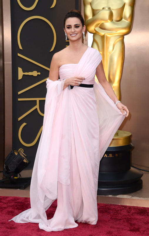 Penelope Cruz was the reincarnation of a goddess yesterday night in this ethereal, pale pink gown.